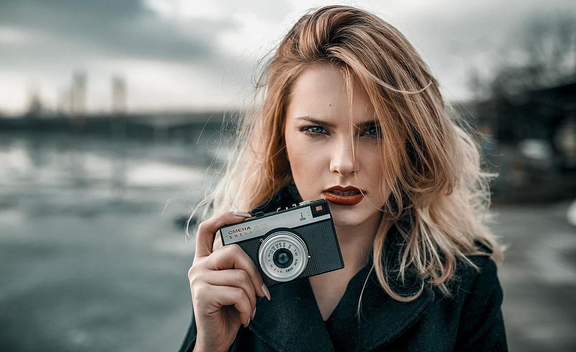 Portret kobiecy z aparatem Smiena nad Odrą we Wrocławiu