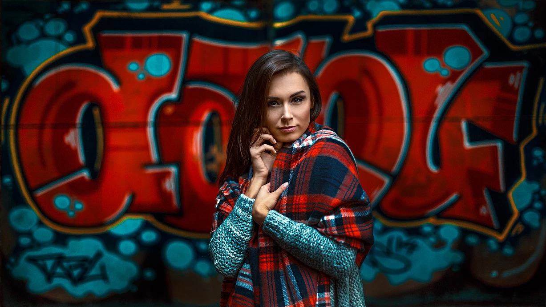 Portret kobiety na tle graffiti we Wrocławiu