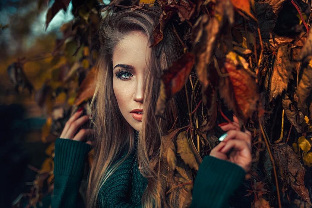 Jesienny portet w liściach