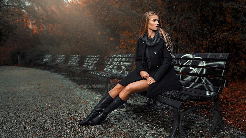 Portret kobiety na ławce w parku we Wrocławiu
