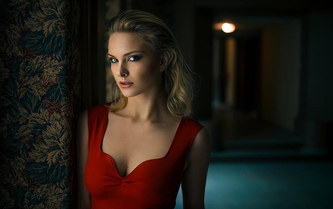 Portret kobiety przy oknie, cinematic look