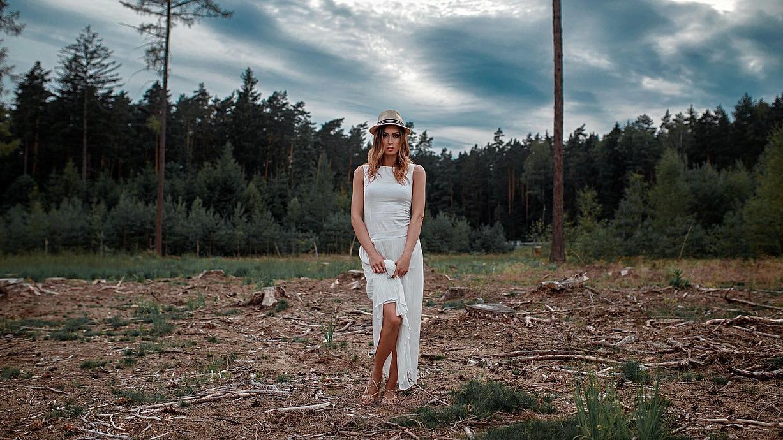 Portret kobiecy w lesie w Obornikach Śląskich