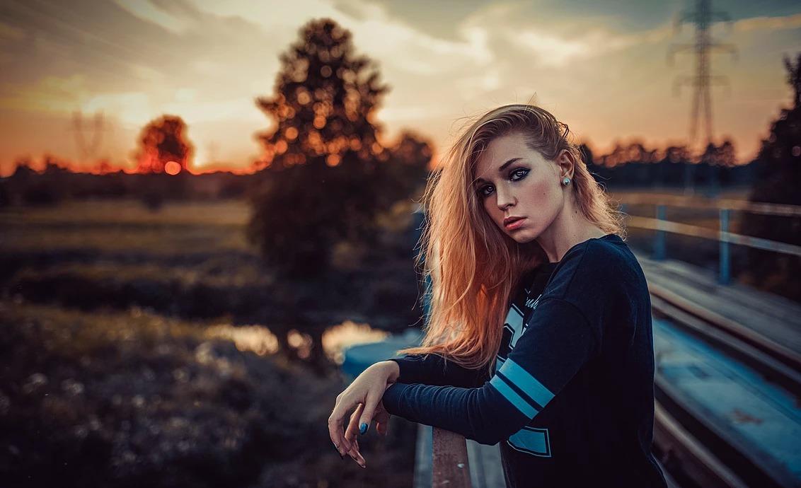 Portret kobiety o zachodzie słońca w Łasku