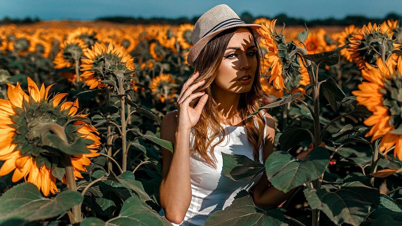 Portret kobiecy w słonecznikach w Wołowie