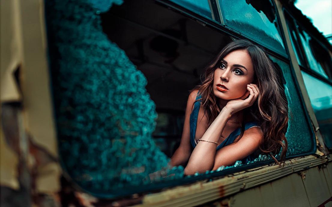 Portret kobiety w tramwaju, rozbita szyba, cinematic look