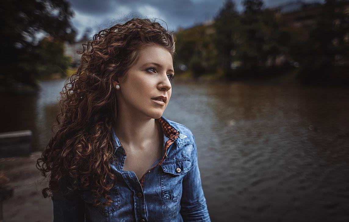 Portret kobiety nad Odrą we Wrocławiu