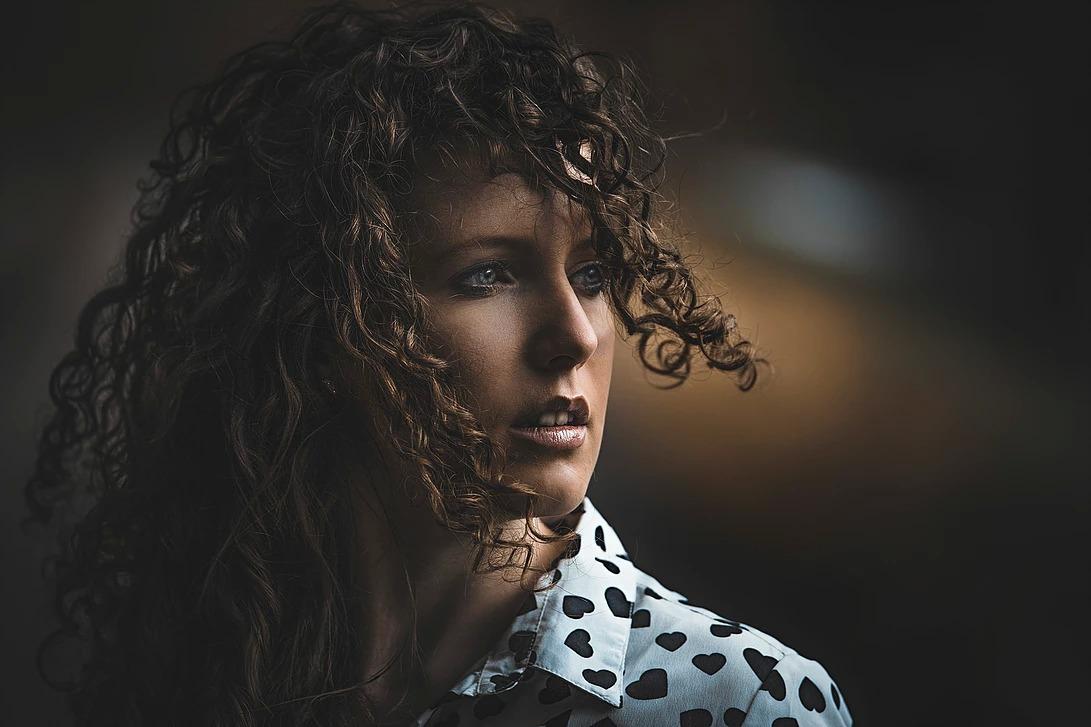 Portret kobiety z lokami