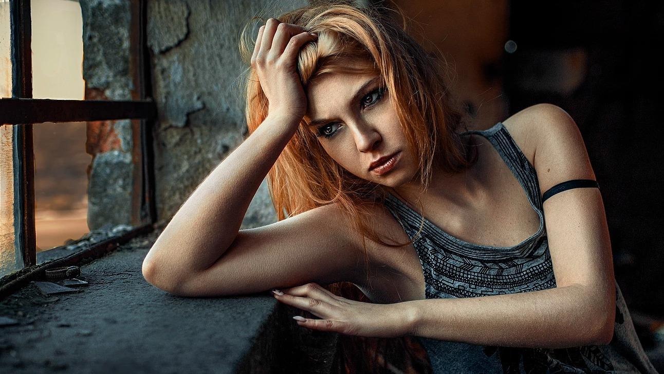 Portret dziewczyny przy oknie w Mojęcicach
