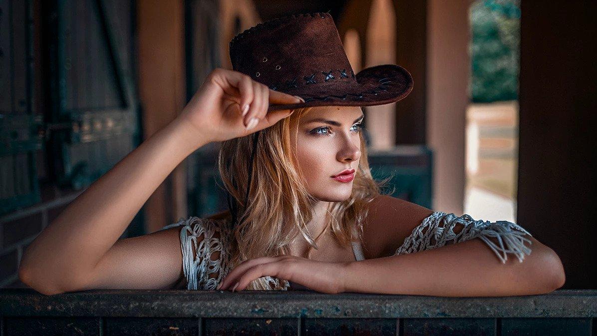 Portret kobiecy w kapeluszu cowboya w Trzebnicy