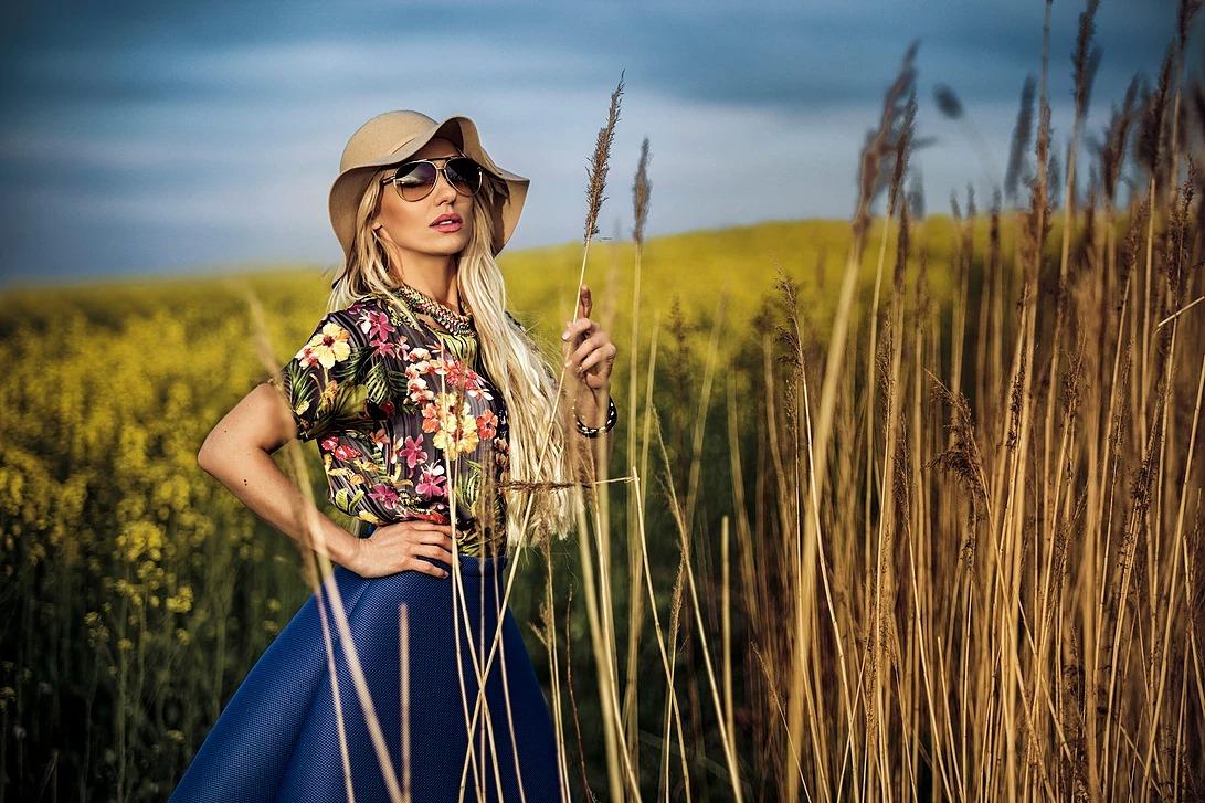 Portret kobiety w trawie