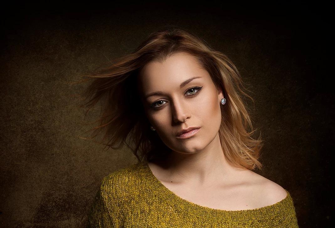 Portret kobiety z rozwianymi włosami