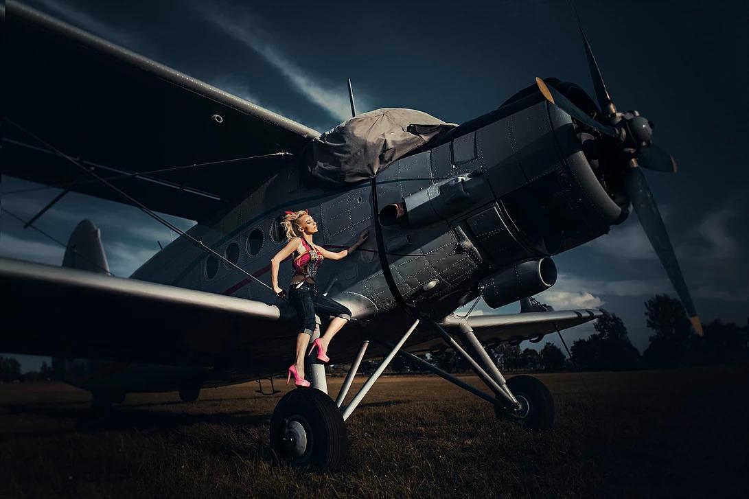Portret kobiety pin-up na samolocie
