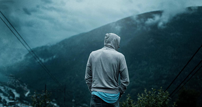 Portret mężczyzny w Norwegii w dolinie, cinematic look