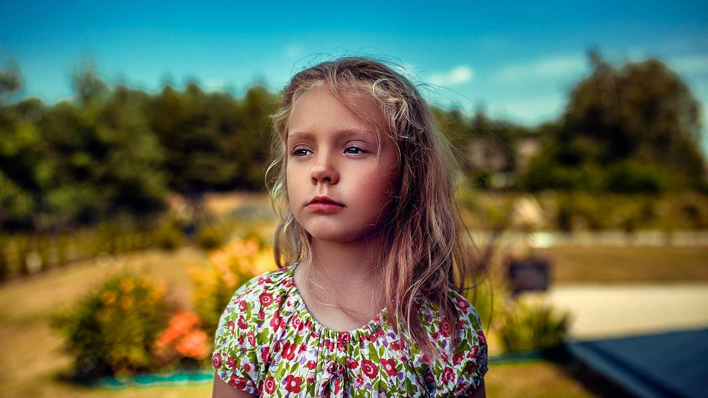 Portret dziewczynki w plenerze w ogrodzie