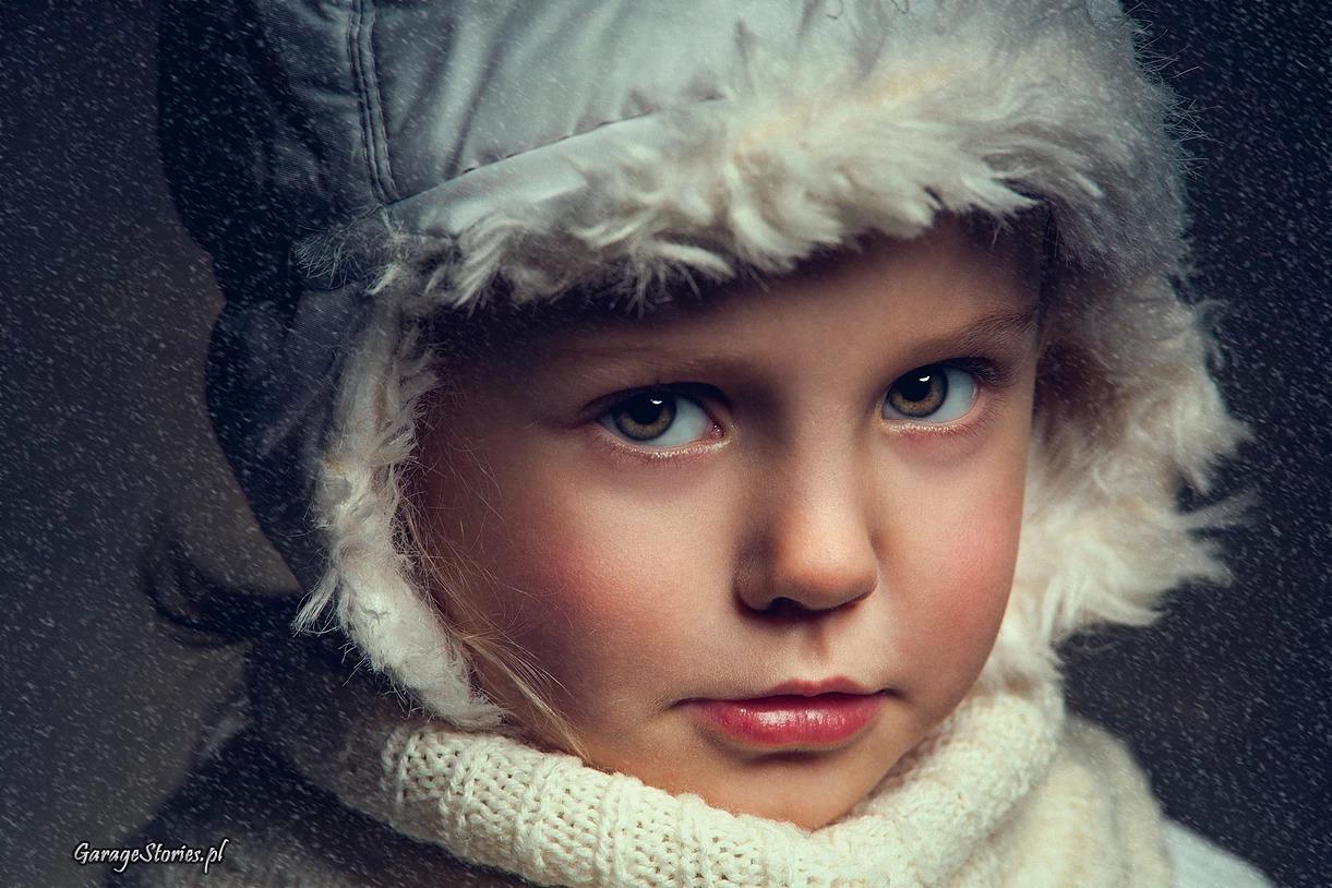 Portret dziewczynki w czapce w zimie