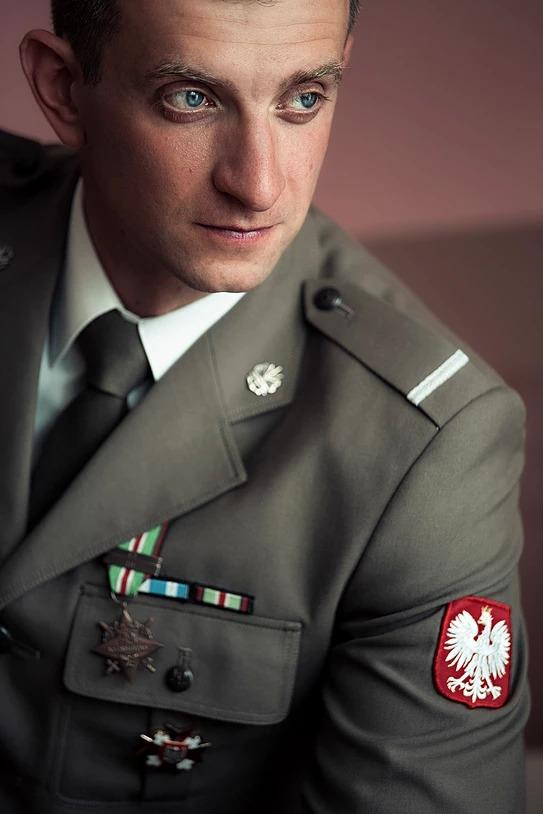 Sesja ślubna pana młodego wojskowy