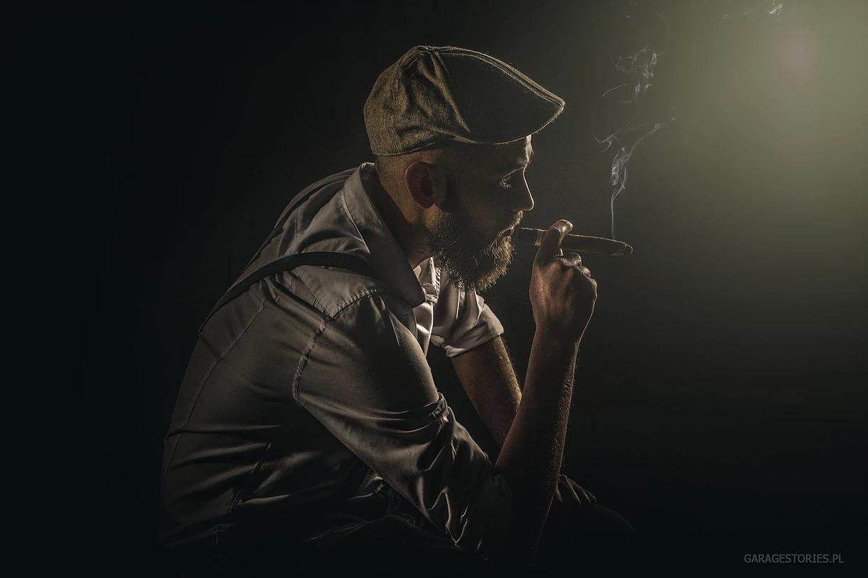 Portret męski w kaszkiecie z cygarem