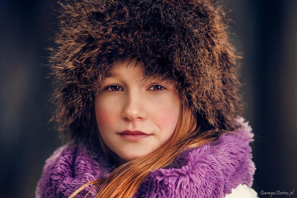 Portret dzierwczynki w futrzanej czapce