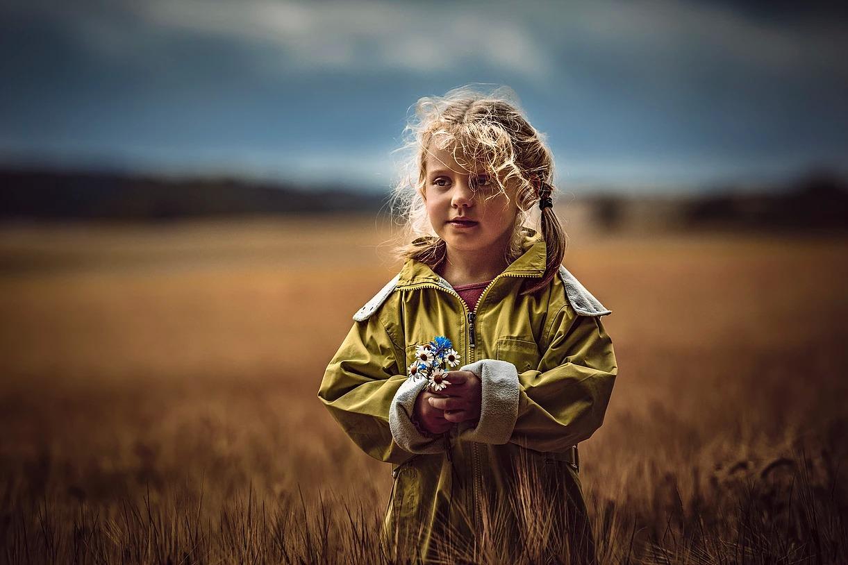 Portret dziewczynki z kwiatami polnymi