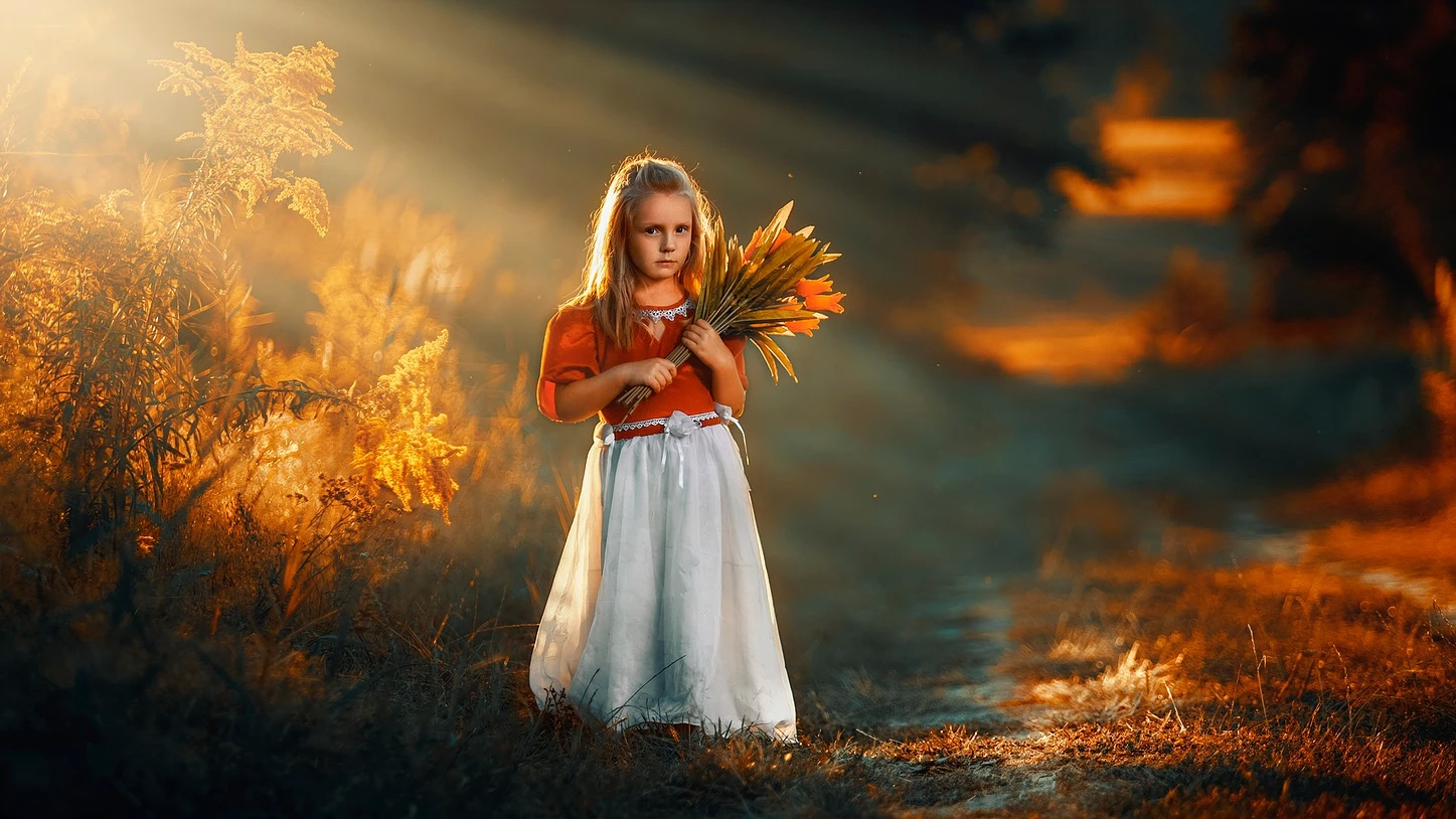 Portret dziewczynki z kwiatami o zachodzie słońca