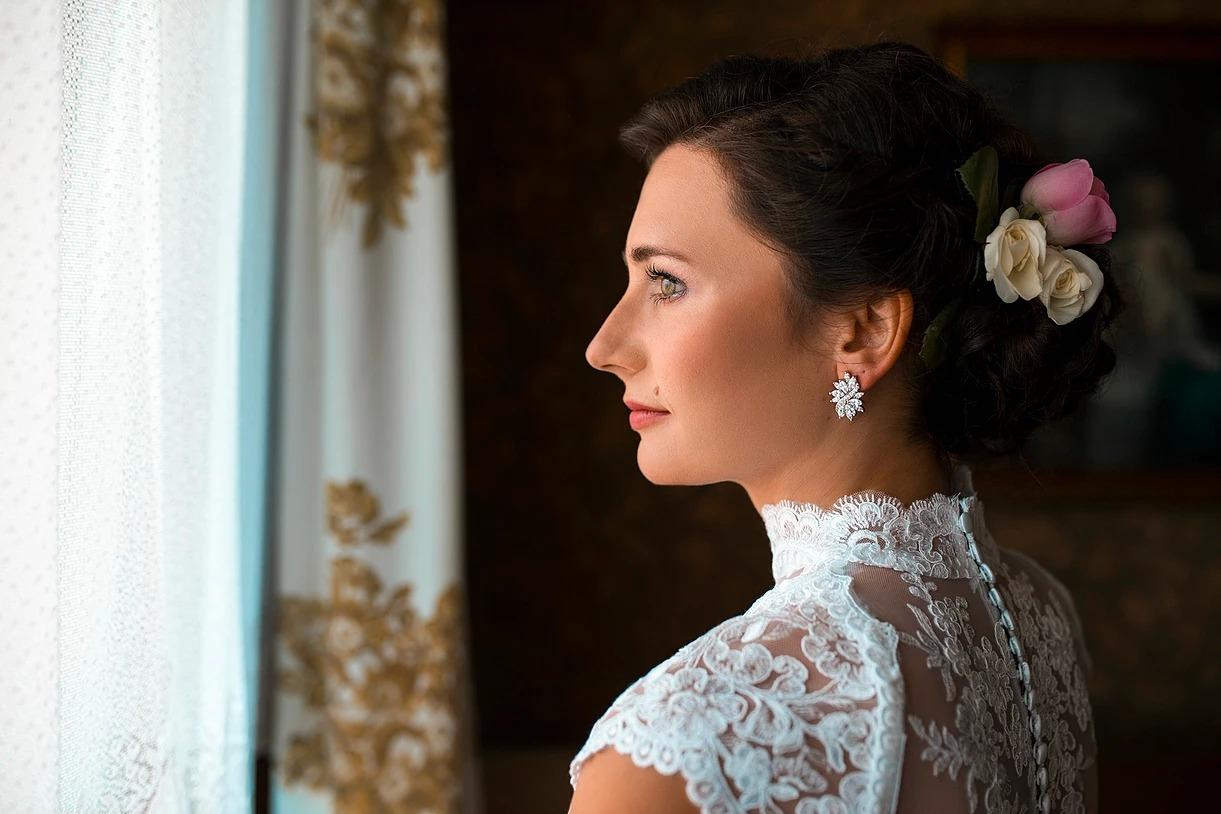 Sesja ślubna pani młodej przy oknie