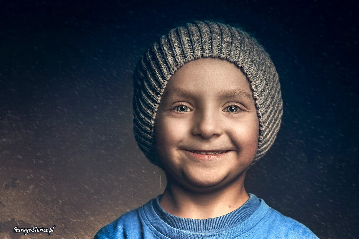 Portret chłopca w czapce z uśmiechem