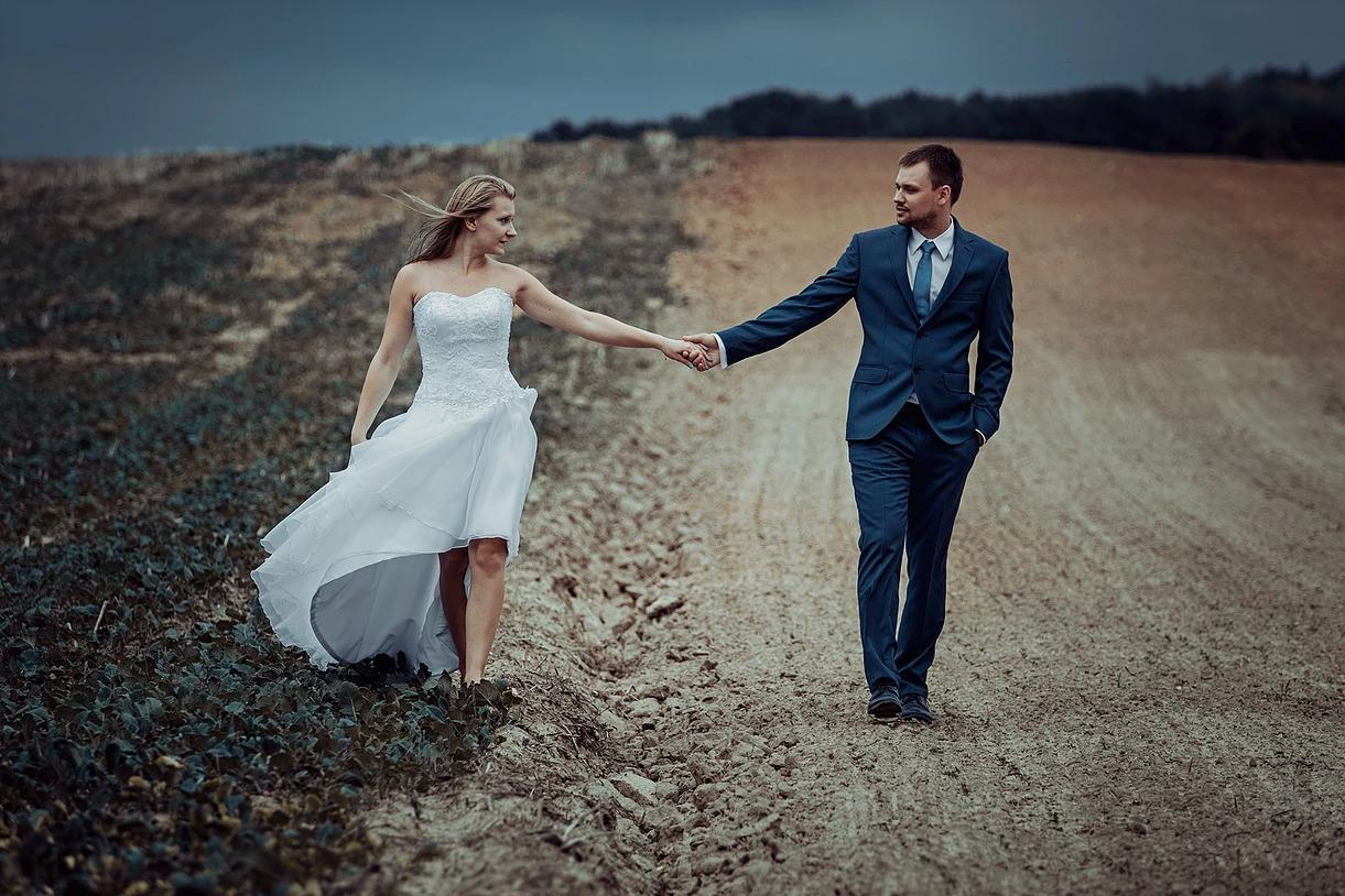 Sesja ślubna w polu z Pawłem i Olą