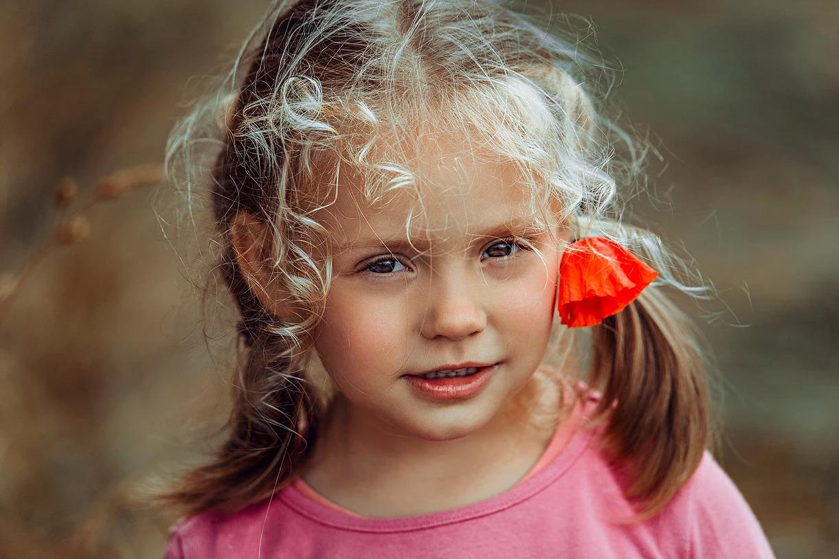 Portret dziewczynki z loczkami