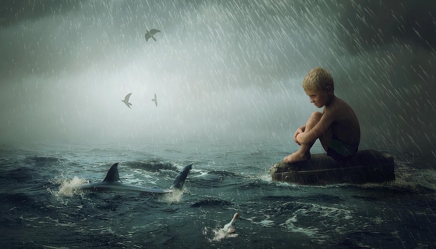 Zdjęcie kompozycja chłopiec na morzu z rekinem
