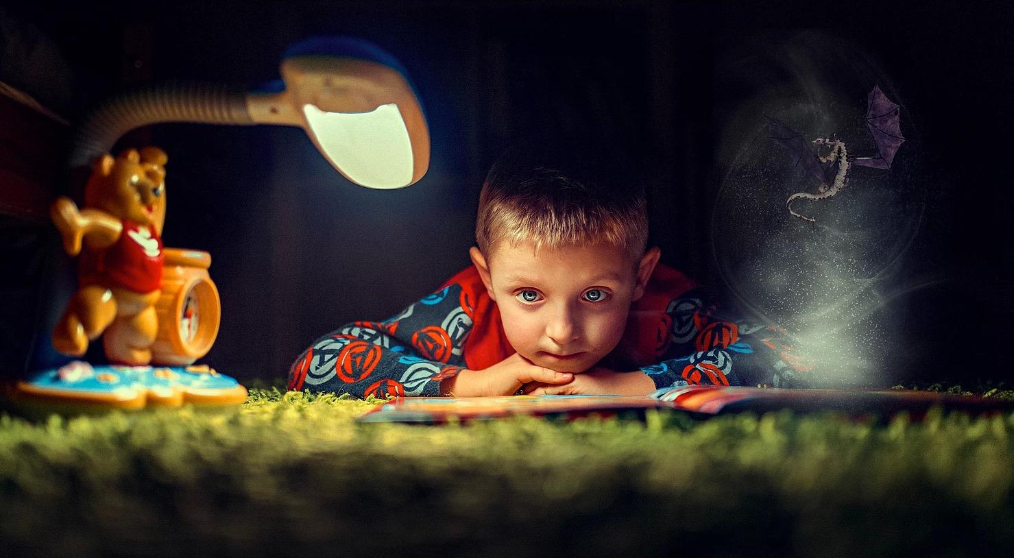 Zdjęcie abstrakcyjne dziecka ze smokami i bajką