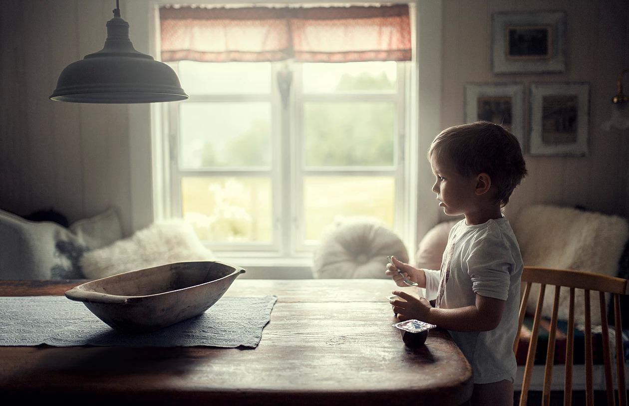Portret chłopca na wsi o poranku