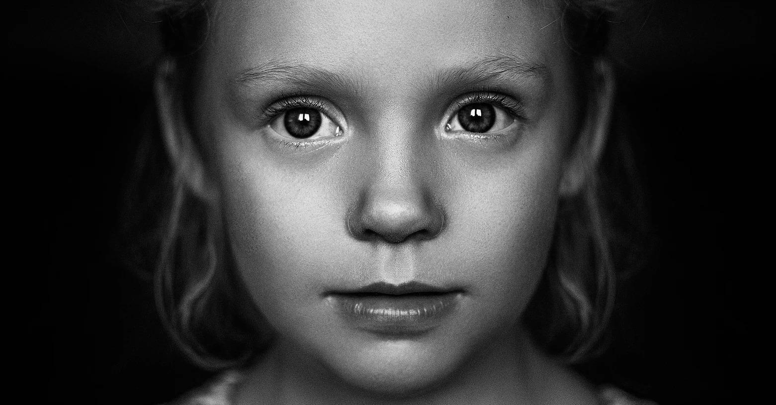 Portret dziewczynki czarno-biały