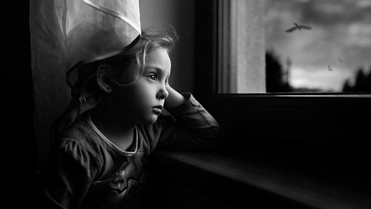 Portret dziewczynki przy oknie zamyslonej