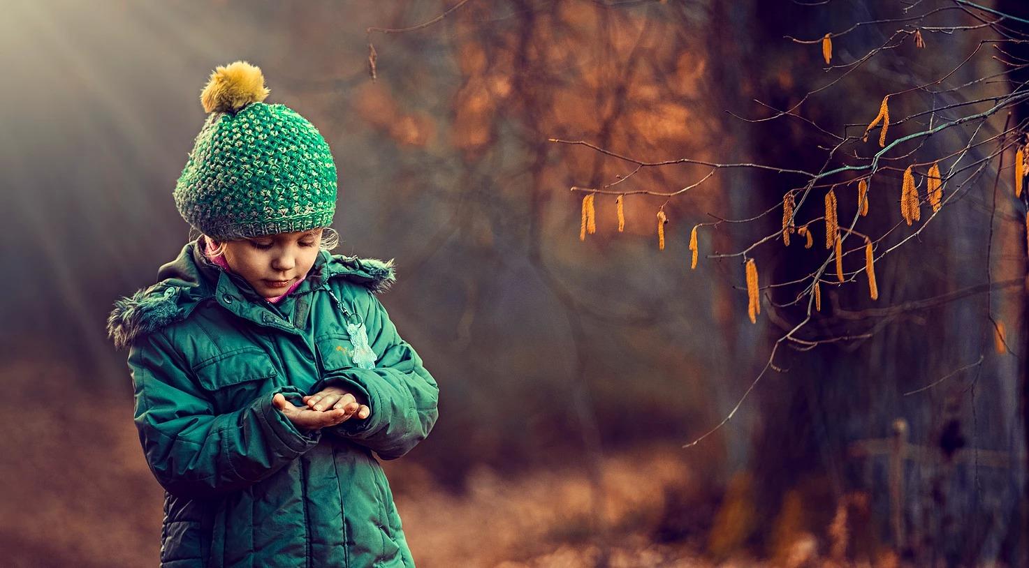 Portret dziewczynki w lesie
