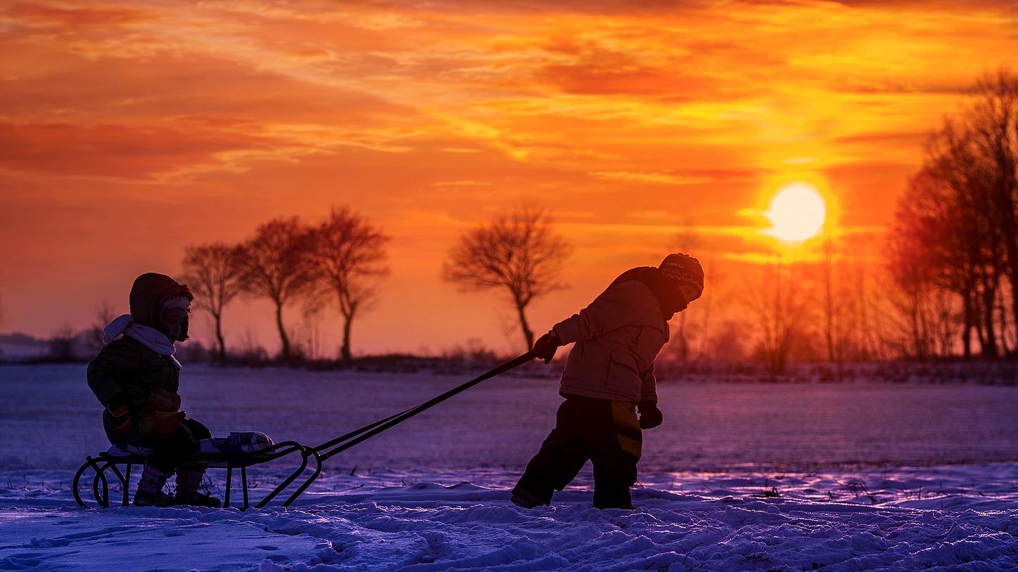 Zdjęcie dzieci w zimie na sankach