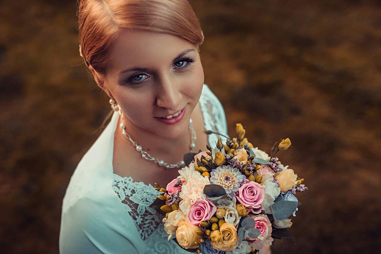 Sesja ślubna Kasi z bukietem kwiatów