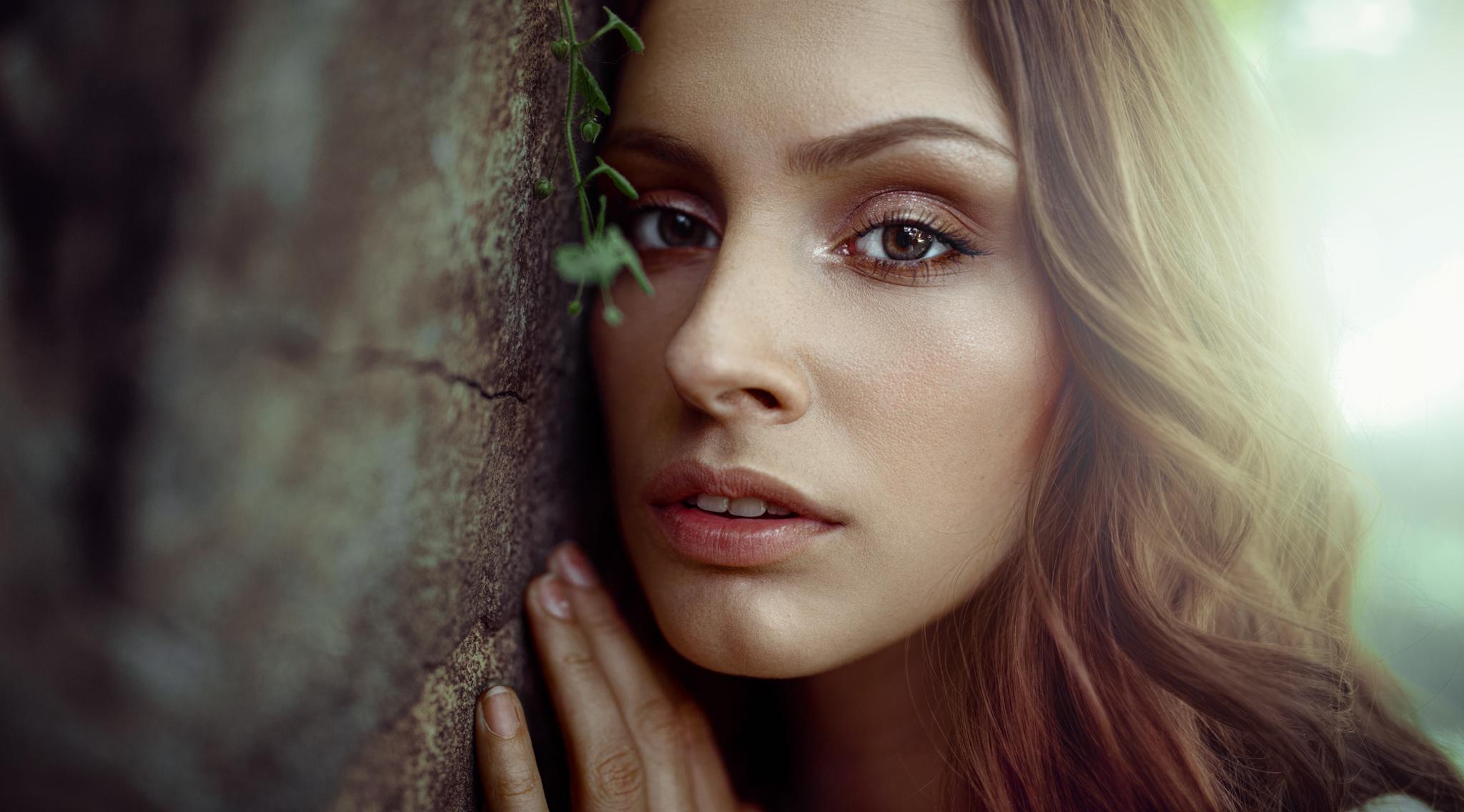 Portret kobiecy z roślinką w Leśnicy